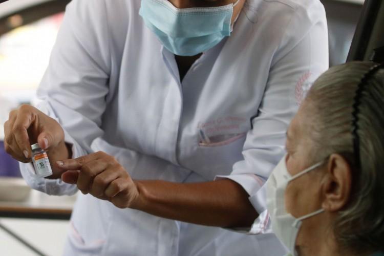 Vacinação drive thru na Universidade Estadual do Rio de Janeiro (UERJ), zona norte do Rio. A cidade do Rio de Janeiro retoma hoje (25) sua campanha de aplicação da primeira dose da vacina contra a covid-19 em idosos da população em geral. Hoje serão vacinados os idosos com 82 anos. (Foto: Tânia Rêgo/Agência Brasil)