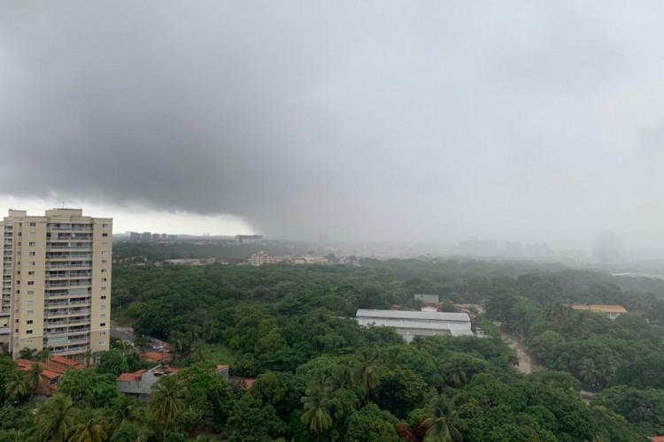 A segunda-feira, 8, amanheceu com chuvas concentradas no litoral (Foto: Gabriel Borges/O Povo)