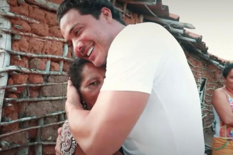 Wesley Safadão abraça dona Mimi, a quem ele presenteou com uma casa em Aracoiaba (Foto: Reprodução Instagram)