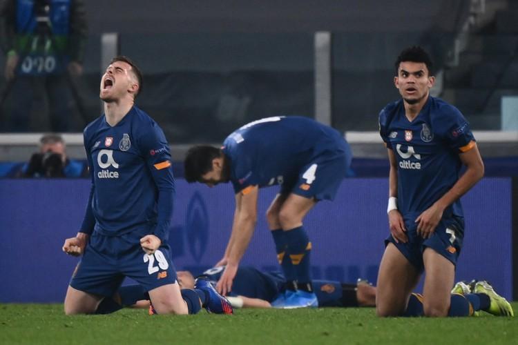 Jogadores do Porto comemora gol com garantiu vaga nas quartas de final da Liga dos Campeões (Foto: Marco BERTORELLO / AFP)