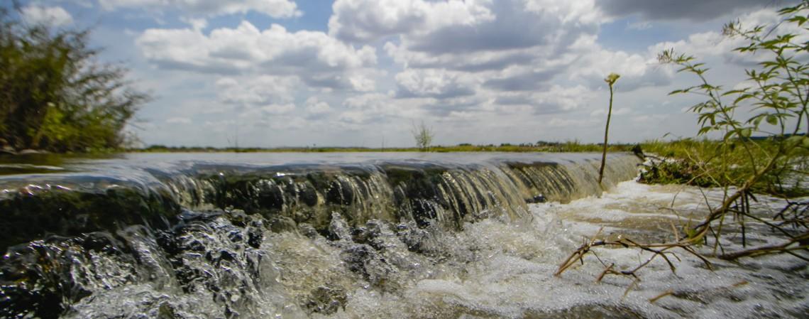 Passagem molhada na antiga Jaguaribara (Passagem do Pinguelo), onde passam as águas do rio Jaguaribe, por onde chegam as águas da transposição do rio São Francisco, nesta quarta-feira, 10 (Foto: Aurelio Alves)