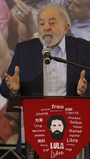 Lula no pronunciamento após condenações contra ele terem sido anuladas      Caption (Foto: Miguel SCHINCARIOL / AFP)