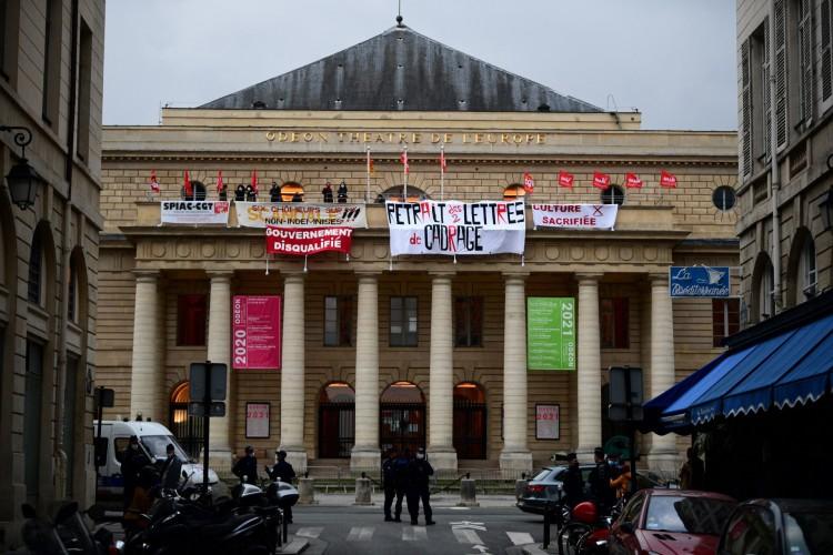 Membros do ramo de artes cênicas do sindicato nacional francês manifestam-se da varanda do Teatro Francês Odeon theatre de l'Europe, em Paris, em 4 de março de 2021 (Foto: Martin BUREAU / AFP)