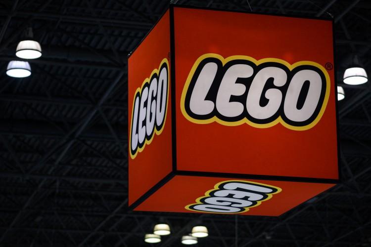 Logotipo da Lego é retratado durante a feira anual de brinquedos de Nova York, em 2019 (Foto: Johannes EISELE / AFP)