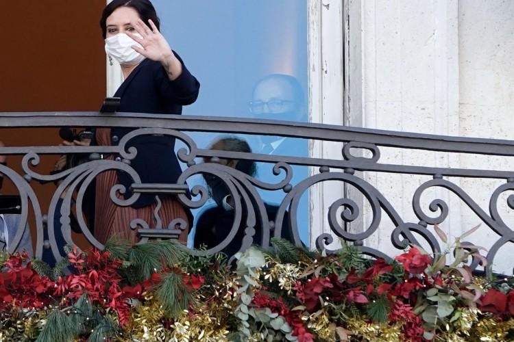 A presidente regional Isabel Diaz Ayuso acena de uma varanda da sede do governo regional em Madrid em 3 de dezembro de 2020 (Foto: Diego SINOVA / COMUNIDAD DE MADRID / AFP)