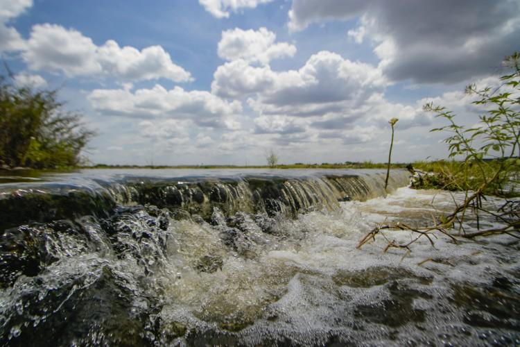 Passagem molhada na antiga Jaguaribara (Passagem do Pinguelo), onde passam as águas do rio Jaguaribe, por onde chegam as águas da transposição do rio São Francisco, em 10 de março(foto: Aurelio Alves)