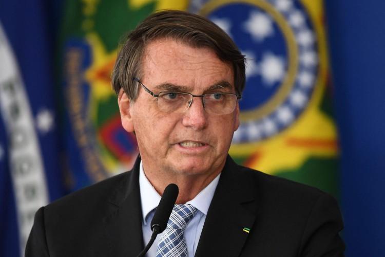 Segundo informação divulgada pelo G1, o presidente da República, Jair Bolsonaro, assinou nesta quinta-feira, 18, as Medidas Provisórias que viabilizam a liberação do pagamento do novo auxílio emergencial (Foto: EVARISTO SA / AFP)