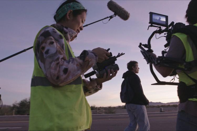Chloé Zhao durante as gravações de 'Nomadland' (Foto: Searchlight Pictures / divulgação)