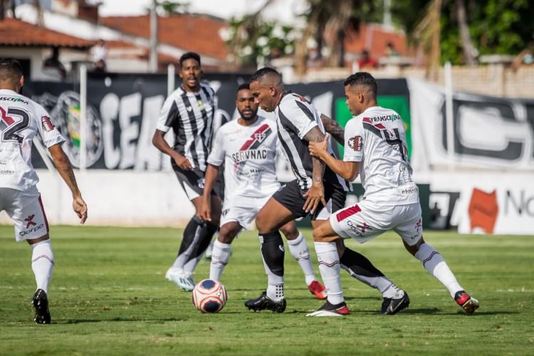 Atacante Jael disputa bola no Clássico da Paz entre Ferroviário x Ceará, no estádio Franzé Moraes, em Itaitinga, pelo Campeonato Cearense (Foto: Felipe Santos/CearaSC)