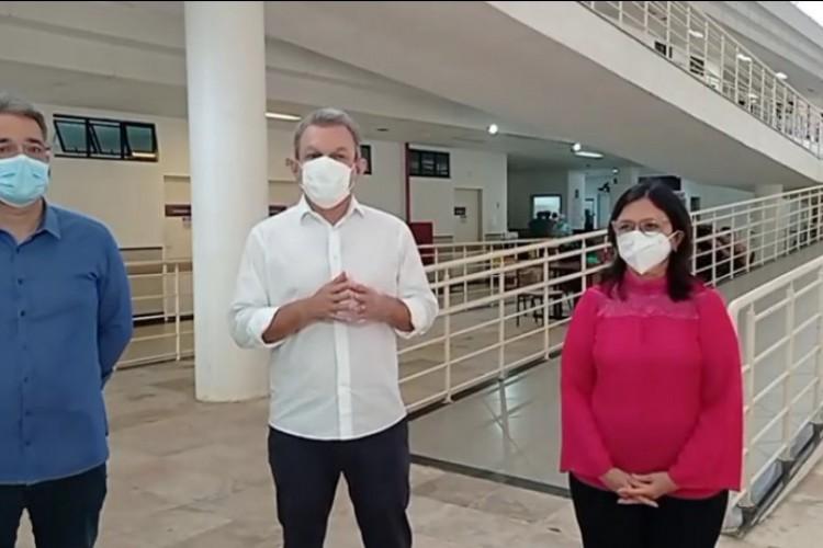 PREFEITO José Sarto em live ontem ao lado da secretária da Saúde Ana Estela Leite e do diretor do Hospital da Mulher (Foto: Reprodução/ Facebook)