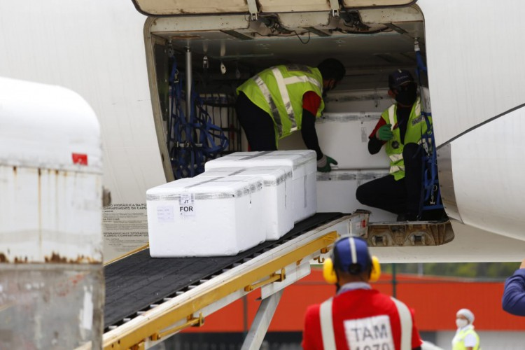 As vacinas chegam ao Ceará por meio do Aeroporto Internacional Pinto Martins e são distribuidas para o resto do Estado por rotas aéreas e terrestres. (Foto:  Tatiana Fortes/ Governo do Ceará)