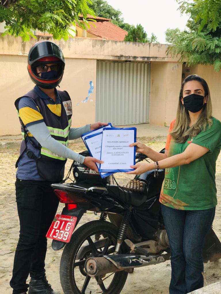 Mototaxista entrega atividades impressas no município de Carnaubal(Foto: Arquivo pessoal /EEMTI Antônio Raimundo de Melo)