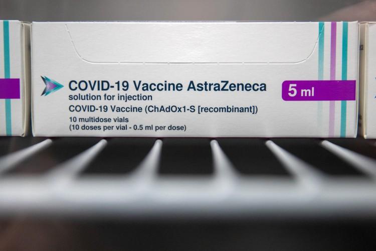Caixas de frascos da vacina Oxford / AstraZeneca Covid-19 são vistas em um refrigerador no Ashton Gate Stadium em Bristol, Reino Unido (Foto: AFP)