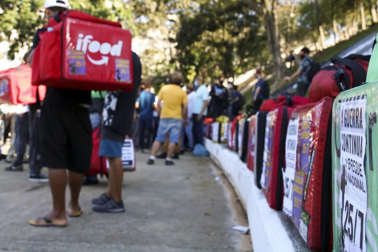 Paralização dos entregadores de aplicativo na praça Charles Miller, Pacaembu. (Foto: Rovena Rosa/Agência Brasil)