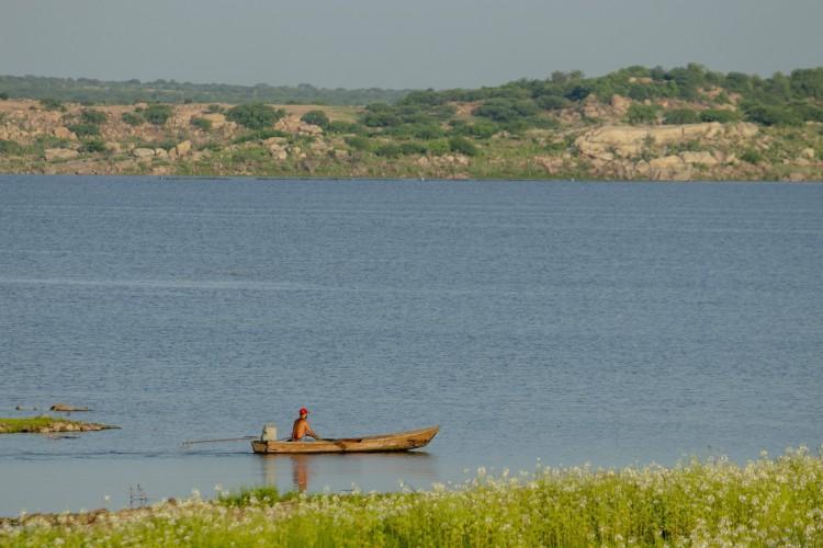 Pescador no Castanhão, em 11 de março de 2021. Volume do açude aumentou (Foto: Aurelio Alves)
