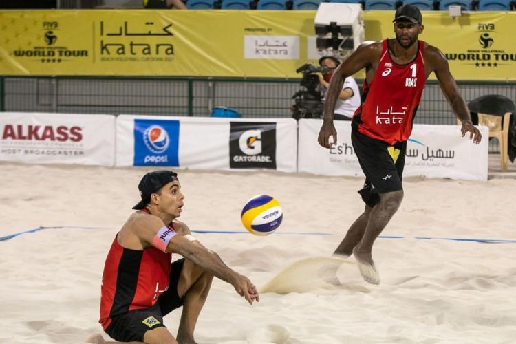Evandro e Guto se classificam à final do vôlei de praia em Doha  (Foto: )