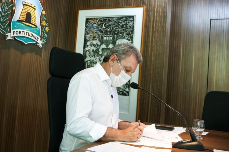 Prefeito José Sarto (PDT) sanciona lei que determina igrejas e academias como serviços essenciais em Fortaleza (Foto: Reprodução/Twitter)