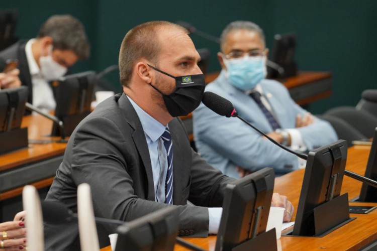 Deputado Eduardo Bolsonaro (PSL-SP) usa máscara durante participação no Conselho de Ética e Decoro Parlamentar da Câmara (Foto: Pablo Valadares/Câmara dos Deputados)
