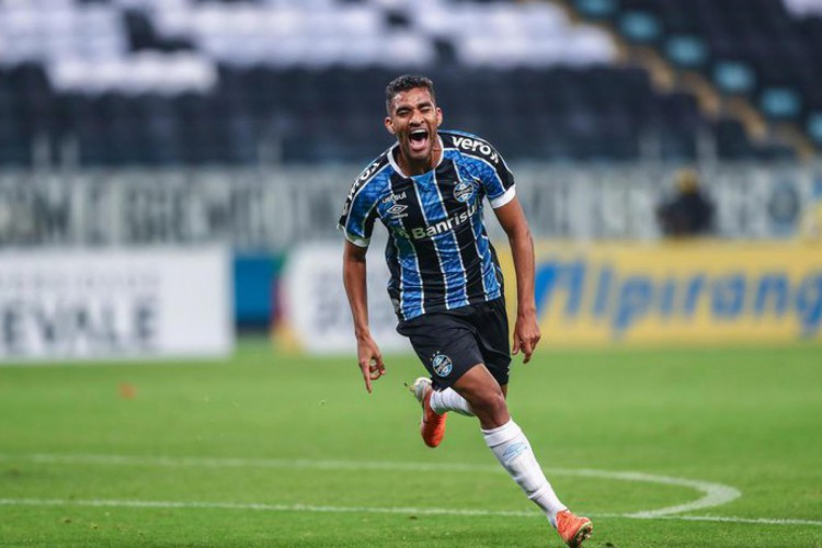 Isaque, meia revelação das categorias de base do Grêmio (Foto: Lucas Uebel / Grêmio,Divulgação)