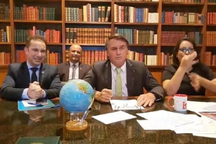 Presidente Jair Bolsonaro exibe um globo terrestre em live para rebater crítica de Lula (Foto: Reprodução/YouTube)