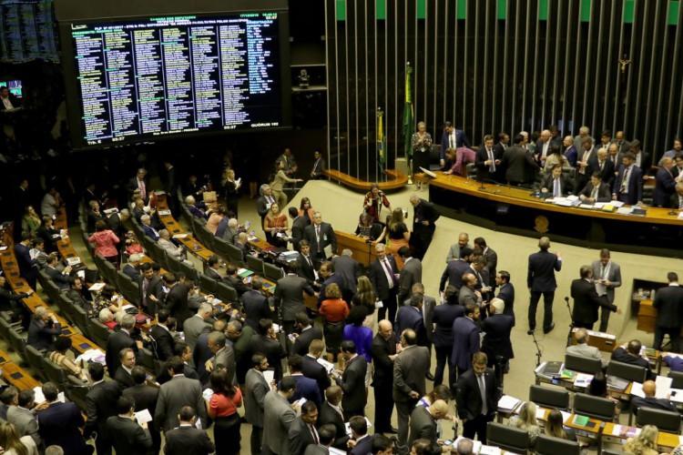 O Plenário da Câmara dos Deputados, aprova o projeto de lei que aumenta a pena de quem abusa, fere ou mutila cães e gatos (Foto: Wilson Dias/Agência Brasil)
