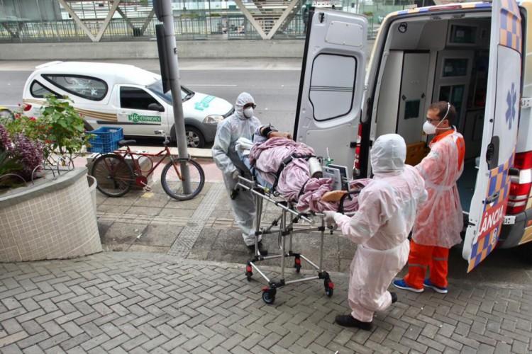 Movimentação intensa de ambulâncias chegando ao Hospital Hapvida, nesta manhã, 11 (Foto: Fabio Lima/ O Povo)