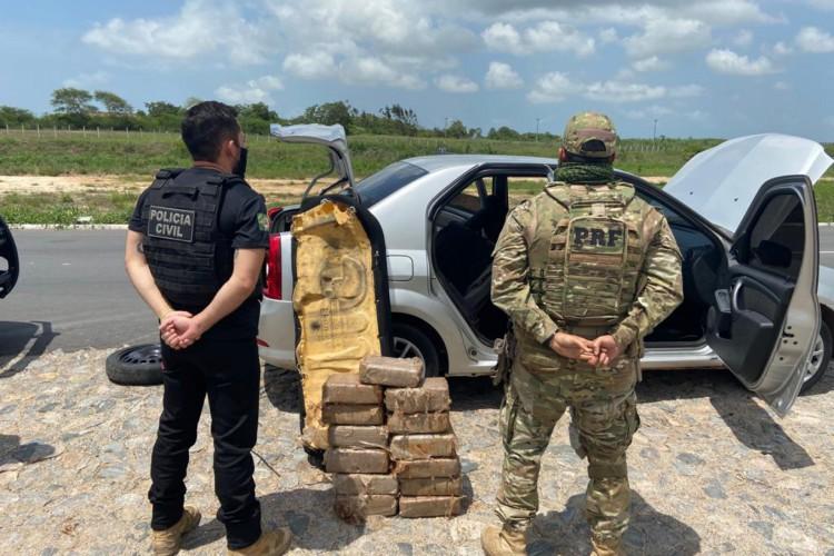 Polícia Rodoviária Federal (PRF), em parceria com a Polícia Civil do Estado do Ceará (PCCE), apreenderam 40 kg de