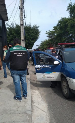 Agentes da Agência de Fiscalização de Fortaleza (Agefis) realizam interdição de barbearia no Cristo Redentor (Foto: WhatsApp O POVO)