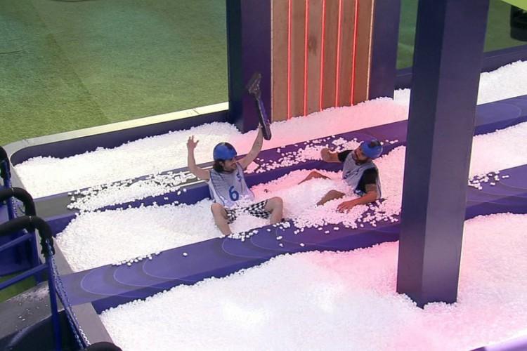 Fiuk e Rodolffo comemoram vitória pulando na piscina de espuma (Foto: Reprodução Rede Globo)