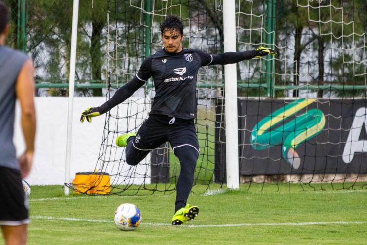 Goleiro Richard com a bola em treino do Ceará no estádio Carlos de Alencar Pinto, em Porangabuçu (Foto: Felipe Santos/CearaSC.com)