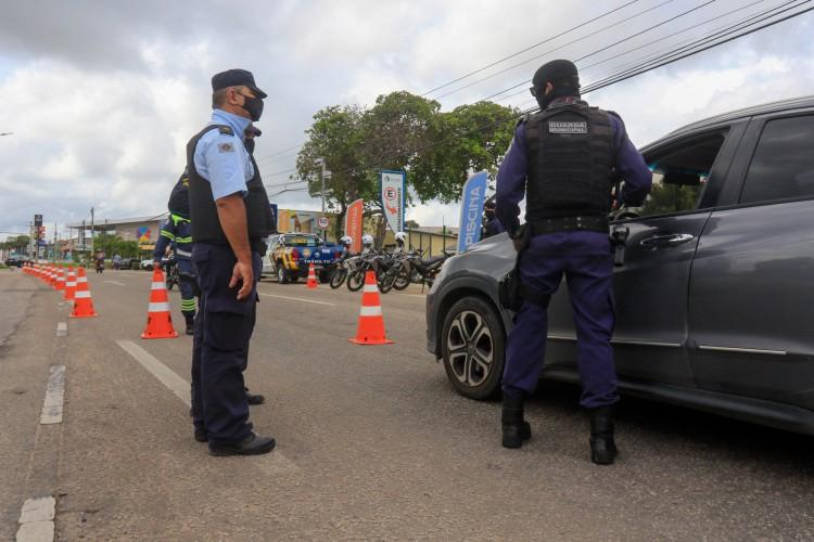 FORTALEZA, CE, 13-03-2021: Barreira sanitaria entre os limites de Fortaleza e Eusebio, com guarda municipal, policia militar e AMC.(BARBARA MOIRA/ O POVO) (Foto: BARBARA MOIRA)