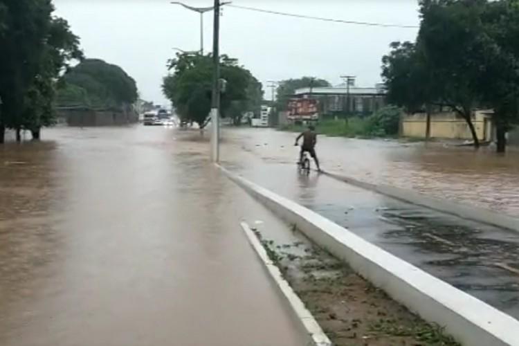 Chuva que teve início na madrugada deste sábado, 13, inundou diversas vias de Juazeiro do Norte, no Cariri. (Foto: Reprodução/ Whatsapp O POVO)