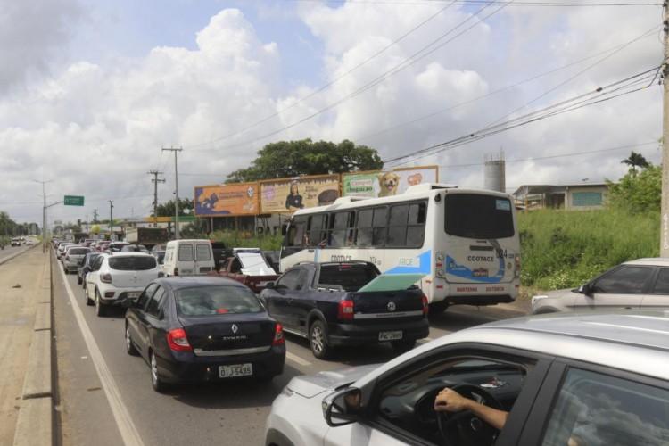 No 1º dia de isolamento social rígido, o chamado lockdown, a barreira sanitária entre Fortaleza e Eusébio registrou movimentação intensa. (Foto: Barbara Moira/O POVO)