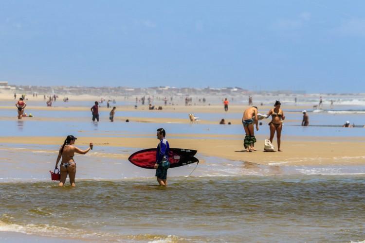 Praia do Futuro, em Fortaleza, hoje, domingo, 14 de março (14/03), em meio ao lockdown no Ceará (Foto: BARBARA MOIRA / O POVO)