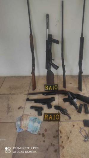 Policiais apreenderam armas deixadas pelos suspeitos (Foto: PMCE / Reprodução)