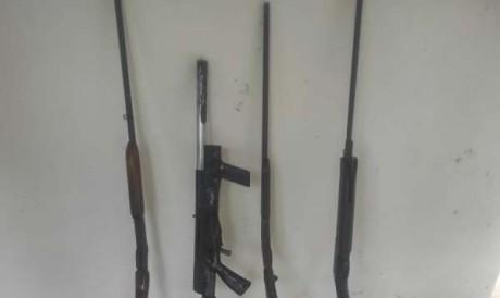 Policiais apreenderam armas deixadas pelos suspeitos