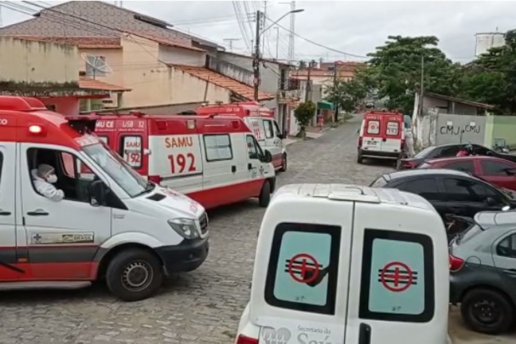 Ambulâncias fazem fila na frente do Hospital Municipal de Pacatuba. . (Foto: Via WhatsApp O POVO)