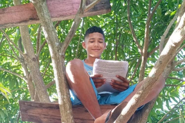 Arthur quer se formar e fazer faculdade como uma forma de agradecer aos pais  (Foto: Lúcia Ribeiro / Reprodução)