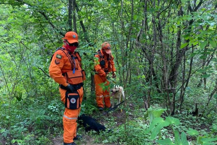 Agentes da Companhia de Busca e Resgate com Cães (CBRESC) em busca por corpo de homem desaparecido (Foto: Divulgação/CBMCE)