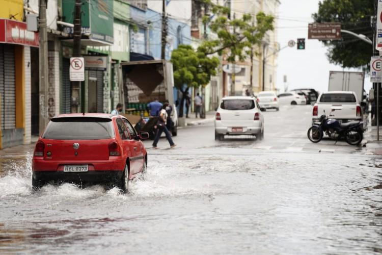 Ruas do Centro de Fortaleza alagam com chuvas nesta segunda-feira, 15. (Foto: Júlio Caesar/ O POVO)
