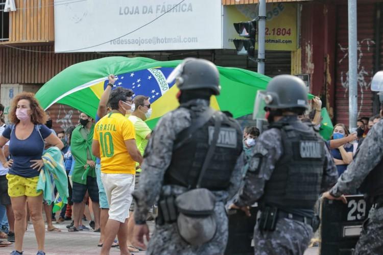 Manifestantes se contrapõem a decreto do governador Camilo Santana (PT), que impôs lockdown em todo o Ceará. (Foto: Aurélio Alves/O POVO)