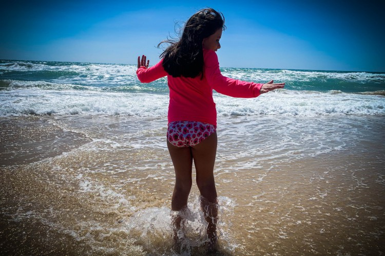 Uma brincadeira na praia pode ser, também, um momento feliz, como no registro de JL Rosa da filha mais velha na Praia do Futuro