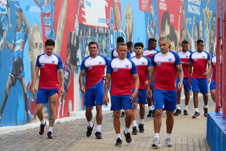 Jogadores do Fortaleza se encaminham para o gramado antes de treino no Centro de Excelência Alcides Santos, no Pici (Foto: Leonardo Moreira / Fortaleza EC)