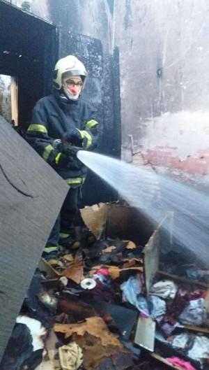 500 litros de água foram usados para fazer rescaldo e resfriamento do imóvel. (Foto: Divulgação/Corpo de Bombeiros)