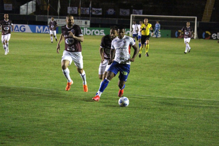 Atacante David com a bola no jogo Caxias x Fortaleza, no estádio Centenário, pela Copa do Brasil 2021 (Foto: Bruno Oliveira/Fortaleza EC)