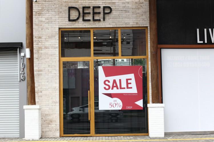 Muitos lojistas fecharam as portas (Foto: FABIO LIMA)