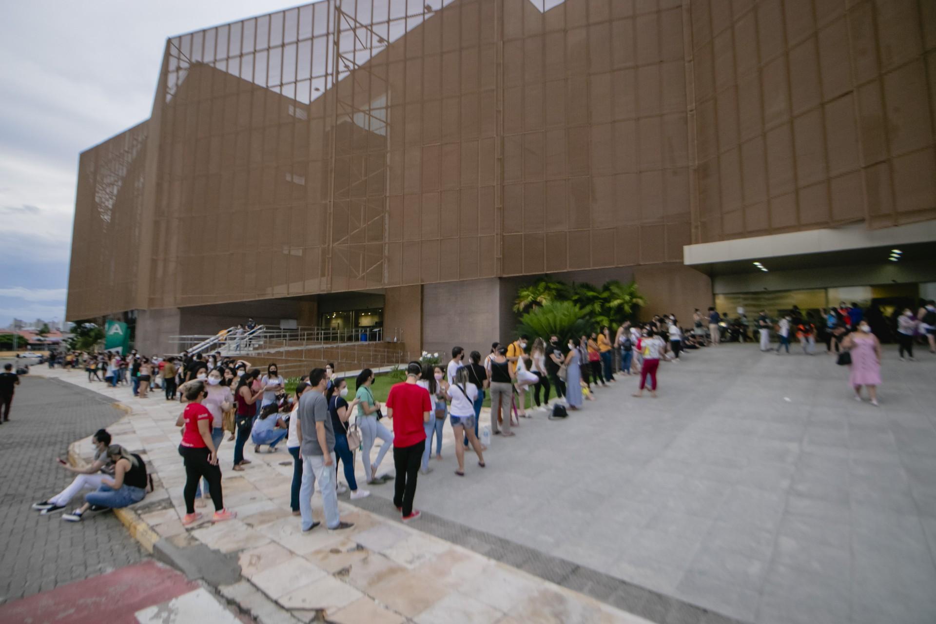 FILAS de profissionais de saúde para tomar a vacina no Centro de Eventos (Foto: Aurelio Alves)