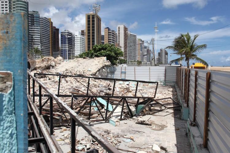 A casa construída nos anos de 1930 foi demolida na manhã desta quinta-feira, 18. (Foto: FABIO LIMA/O POVO)