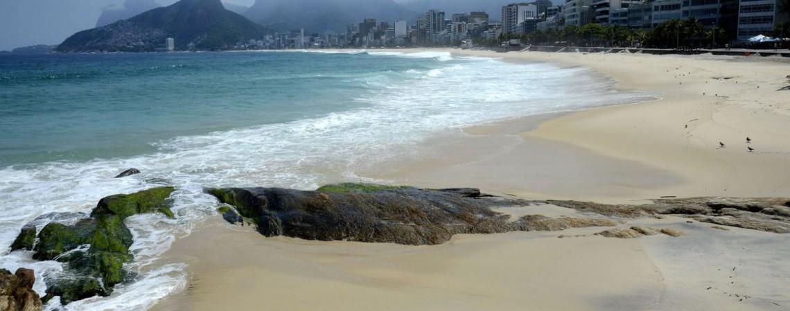 Arpoador e praia de Ipanema, na zona sul da cidade. Rio de Janeiro tem praias fechadas para combater Covid-19 (Foto: Tânia Rêgo/Agência Brasil)