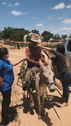 Idoso é vacinado em cima de um jumento no interior do Ceará (Foto: Divulgação/Jaguaribe)